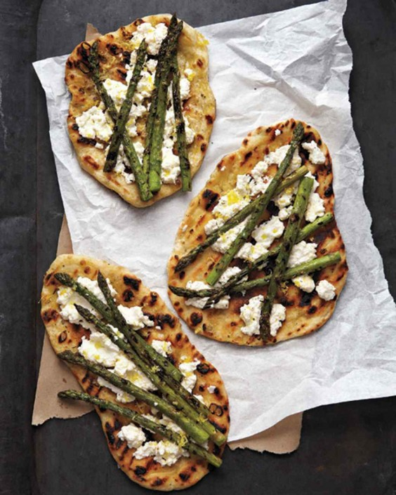 Grilled asparagus and ricotta pizza