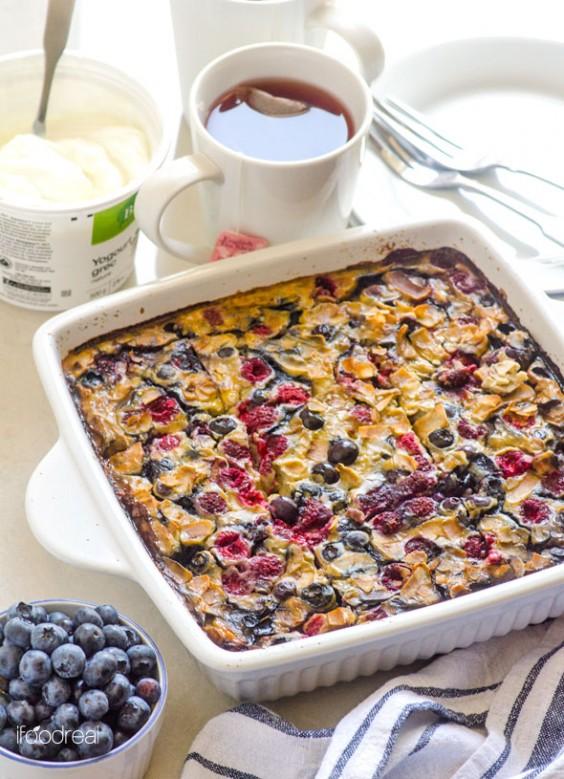 Quinoa Breakfast Bake: Berry Banana Oat