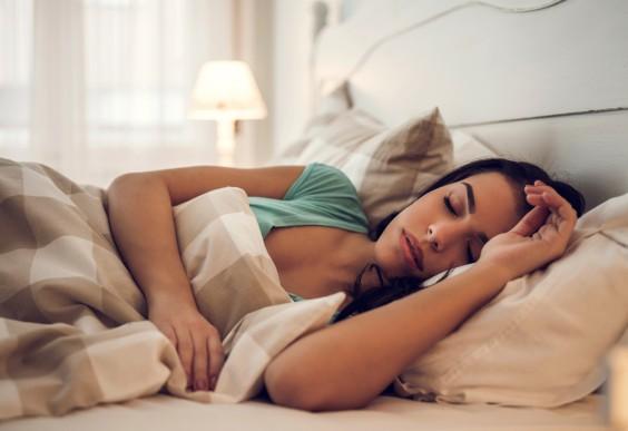 woman sleeping - HOE SLECHT IS HET OM IN SLAAP TE VALLEN MET MAKE-UP OP?