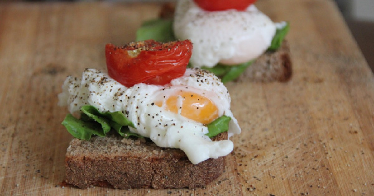 Poached Egg and Roasted Tomato Open-Face Sandwiches | Greatist