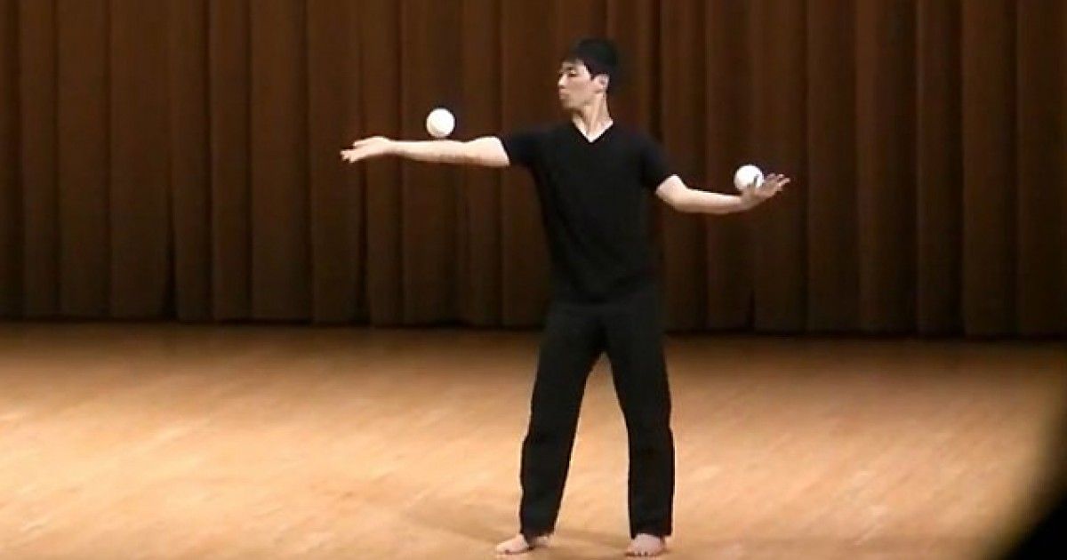 Stunning Japanese Juggler Wins Competition Without Juggling