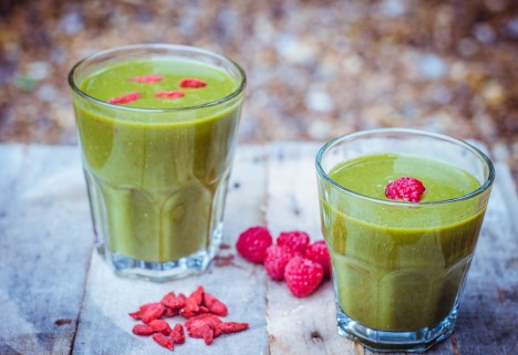 Eat Your Way to Clear, Healthy Skin: Kale, Apple, Raspberry, and Goji Green Smoothie